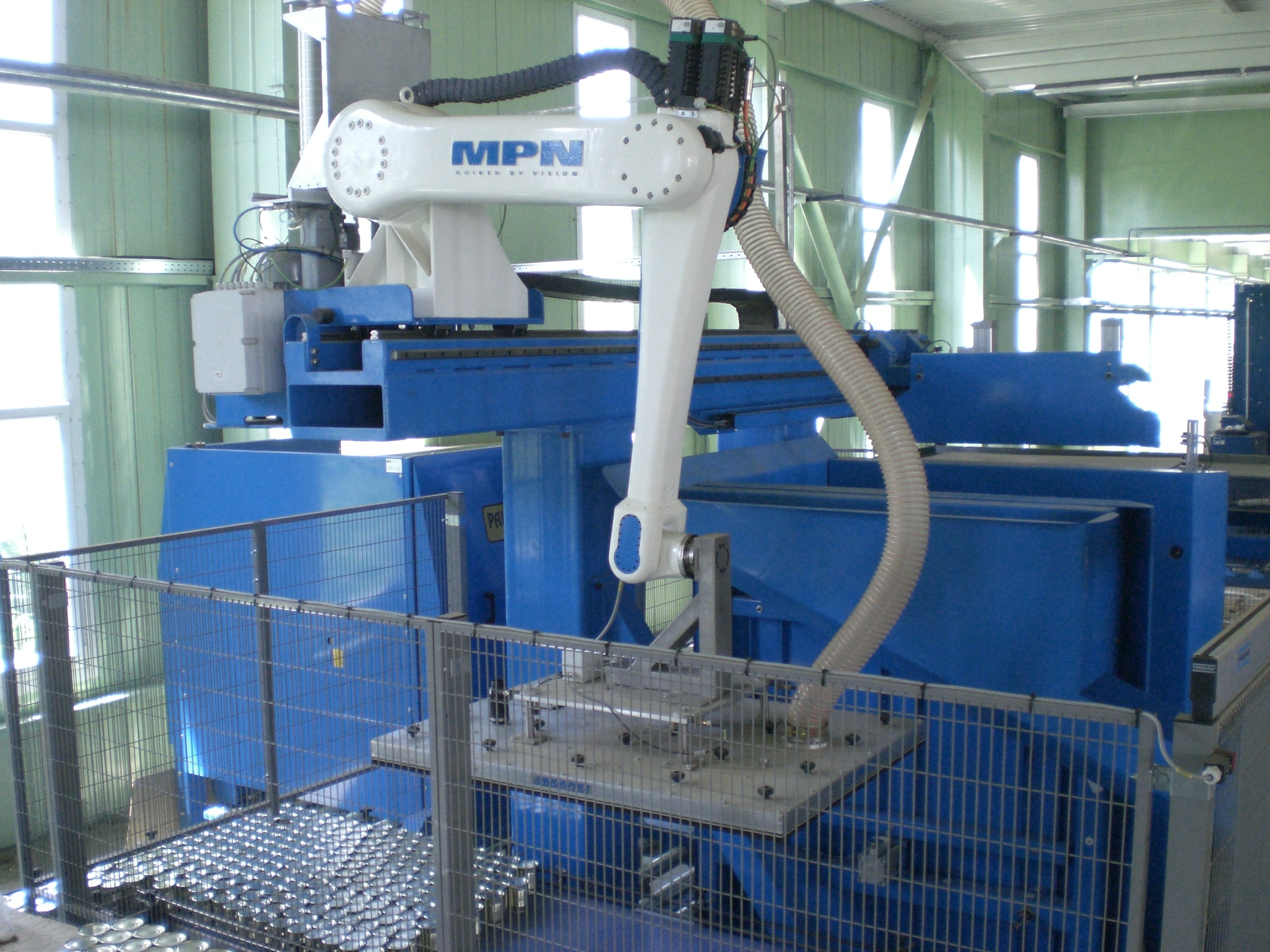 Palletizing robot for palletizing cans and glass