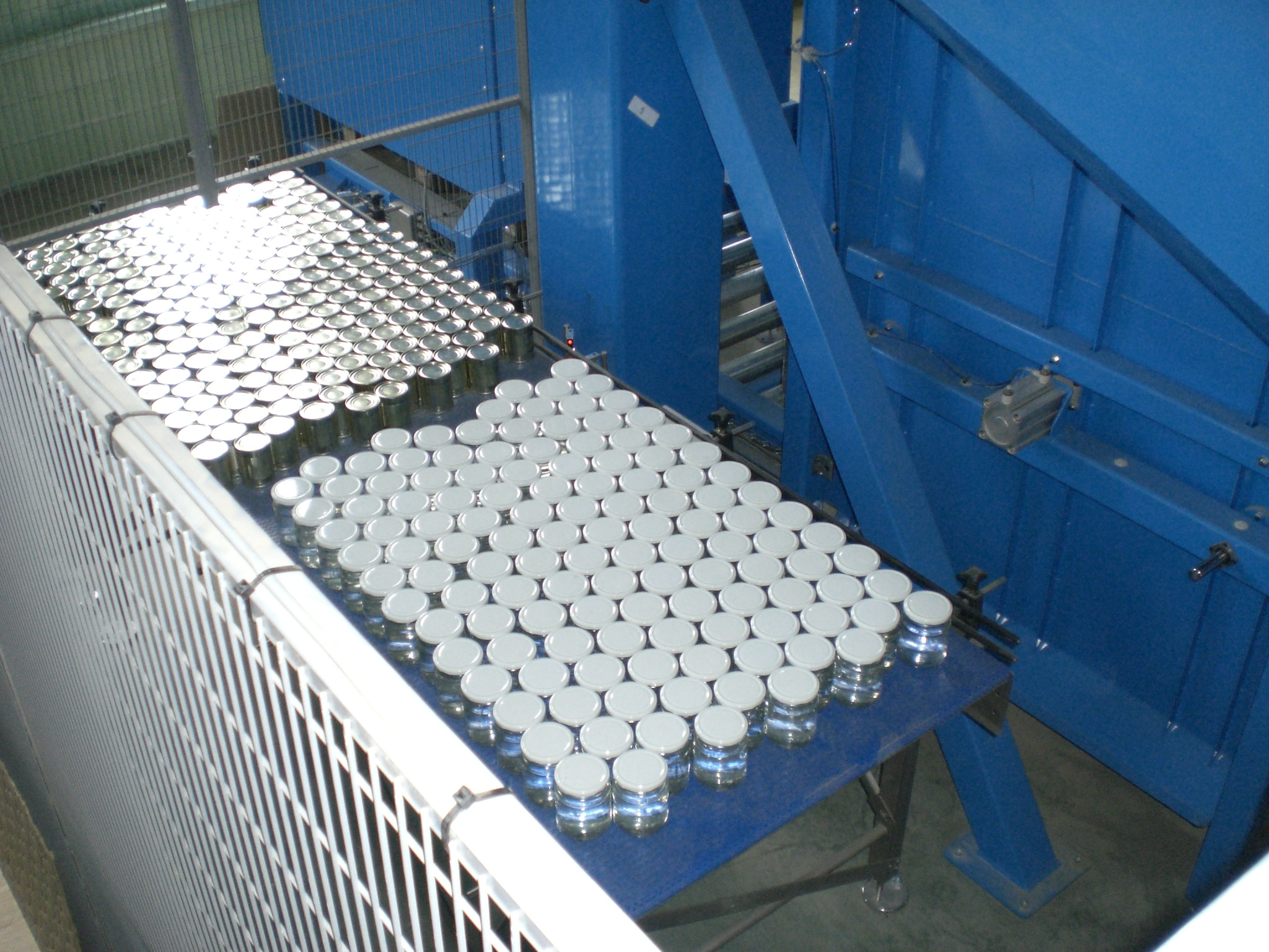 Qumec - Palletizing cans and glass